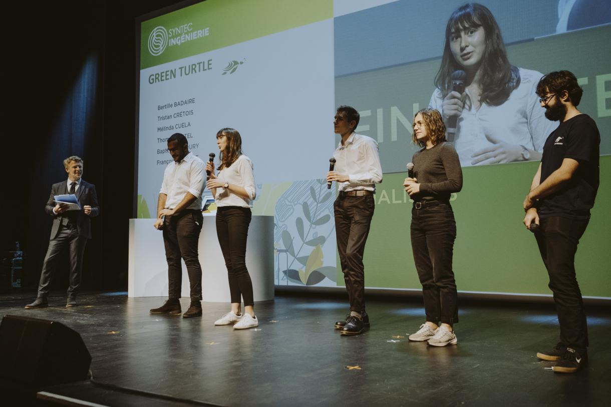Photo des étudiants présentant leur projet
